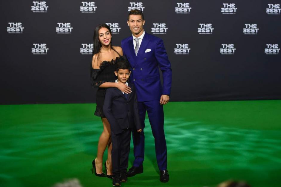 Georgina, Cristiano y Cristiano Jr. en los premios The Best. (Foto: Twitter)