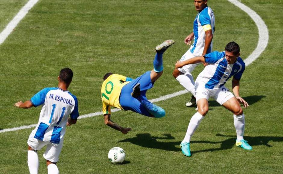 Neymar recibió algunas duras entradas en el partido. (Foto: EFE)