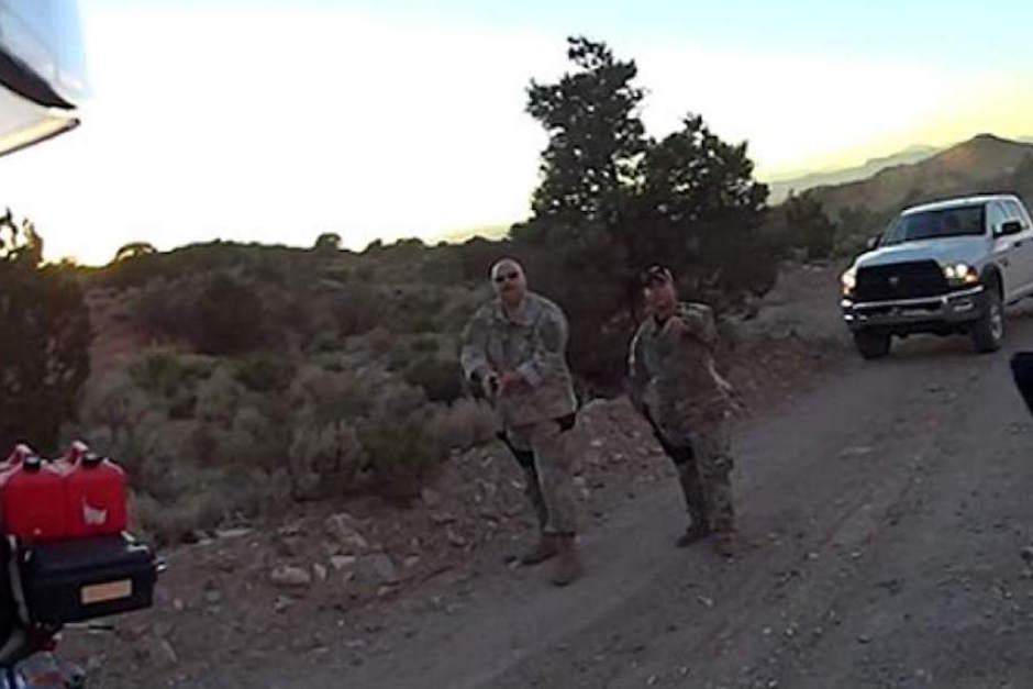 Los hombres que encuentran el paso son detenidos por militares.  (Foto: dailymail.co.uk)