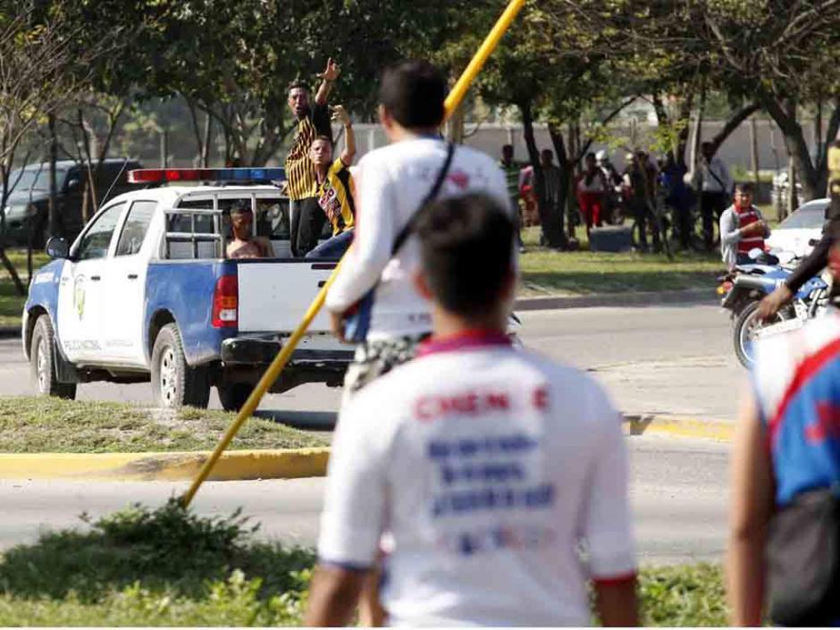 Los aficionados de ambas barras bravas se retaron en la calle. (Foto: El Heraldo)