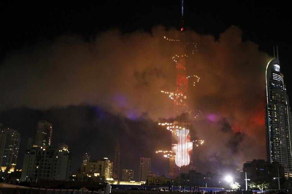 Mientras el edificio continuaba incendiándose, el show de luces comenzó en Dubai, pese a que el humo del otro edificio era aún visible. (Foto: AFP)
