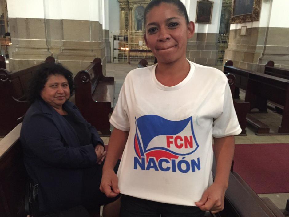 Jenny Cabrera es una de las simpatizantes de Jimmy Morales que lo ha esperado horas en Catedral Metropolitana, solo espera abrazarlo. (Foto: Roberto Caubilla/Soy502)