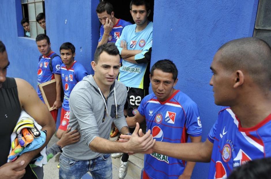 Marco Pablo Pappa saluda a los futbolistas de Xelajú, al concluir el duelo entre escarlatas y chivos, en el estadio del Trébol. (Diego Galeano/Nuestro Diario)