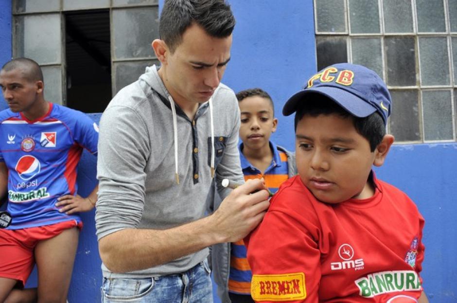 Un pequeño aficionado de Municipal recibe un autógrafo del volante nacional, Marco Pablo Pappa, en el estadio del Trébol. (Orlando Chile/Nuestro Diario)