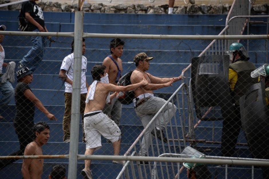 Los incidentes violentos de los seguidores de Comunicaciones se iniciaron dentro de los graderíos del estadio Revolución y concluyeron en las afueras. (Foto: Nuestro Diario)