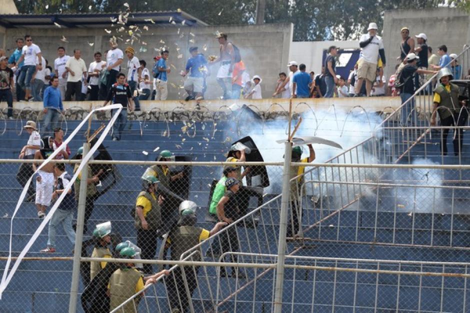 Los aficionados cremas lanzaron bombas a los policías privados, quienes no pudieron contener la furia de los seguidores albos. (Foto: Nuestro Diario)