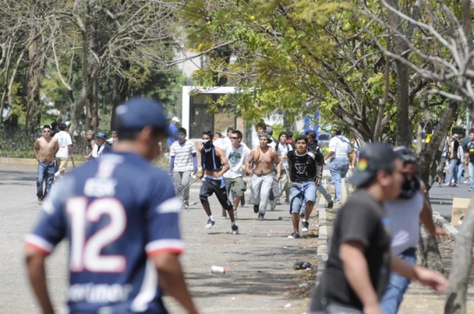 Cientos de vándalos con el rostro cubierto se enfrentaron en las afueras del estadio Revolución, en la zona 12 capitalina. (Foto: Nuestro Diario)