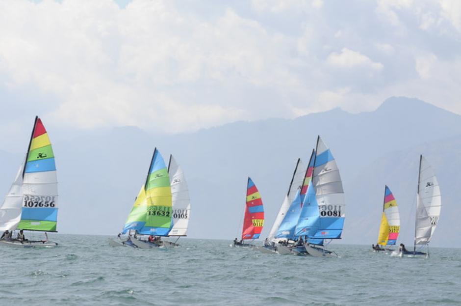Los veleros en plena competencia, los colores se entrelazan con la belleza del Lago de Atitlán, Sololá. (Foto: Orlando Chile/Nuestro Diario)