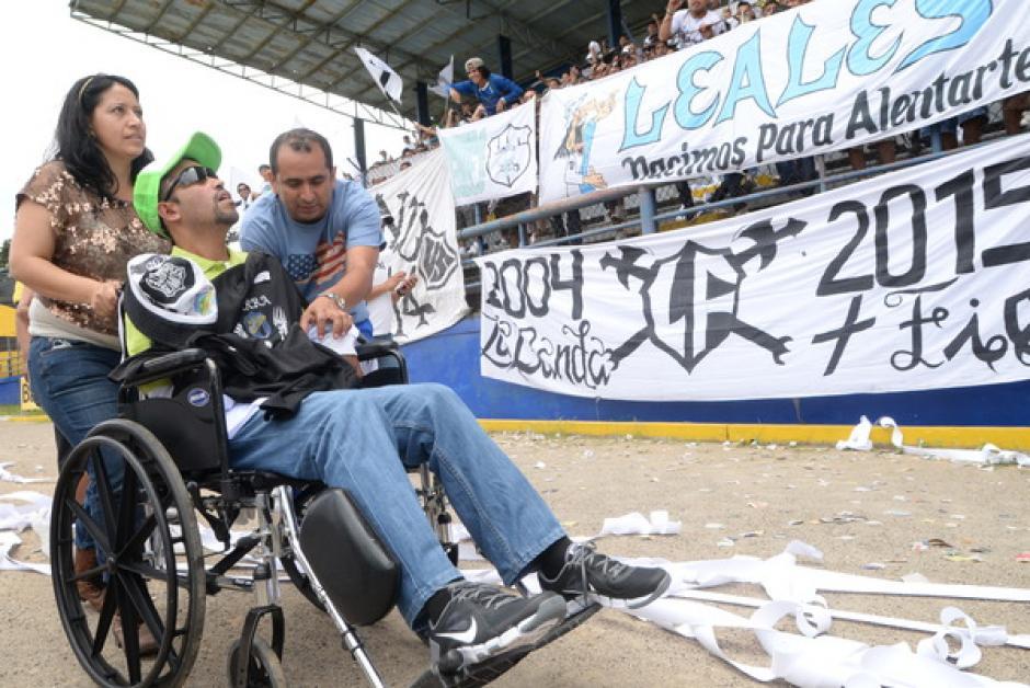 Aplausos y más aplausos para Luis Bradley que lucha contra la esclerosis día a día. También su familia recibió reconocimiento en el estadio El Ejército por la paciencia y entrega.(Foto: Sergio Muñoz/Nuestro Diario)