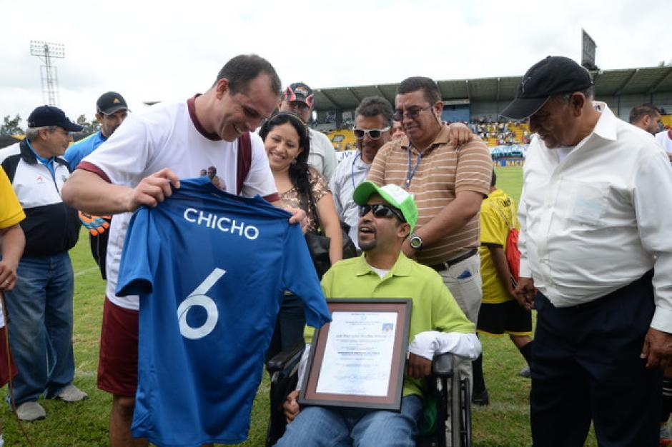 """El actual ministro de Cultura, Dwight Pezzarossi, le entregó a Bradley una camisola de la Selección con su apodo """"Chicho"""".(Foto: Sergio Muñoz/Nuestro Diario)"""