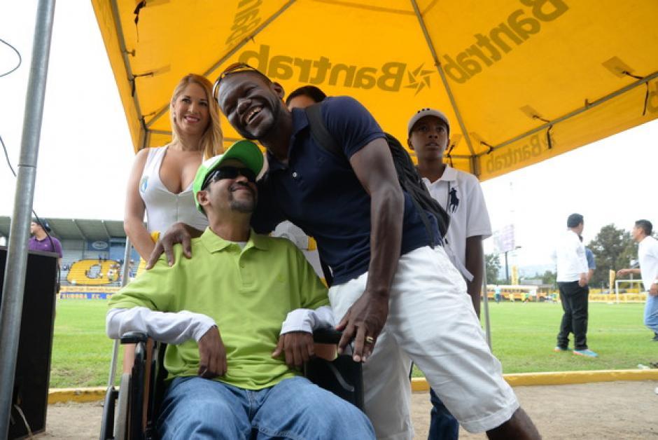 """El carismático Milton """"Tyson"""" Núñez le puso humor a la jornada de solidaridad, en el estadio El Ejército.(Foto: Sergio Muñoz/Nuestro Diario)"""