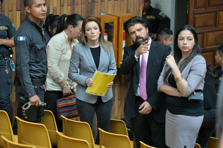 Jonathan Chévez, su abogada y Daniela Beltranena durante un receso. (Foto: Wilder López/Soy502)