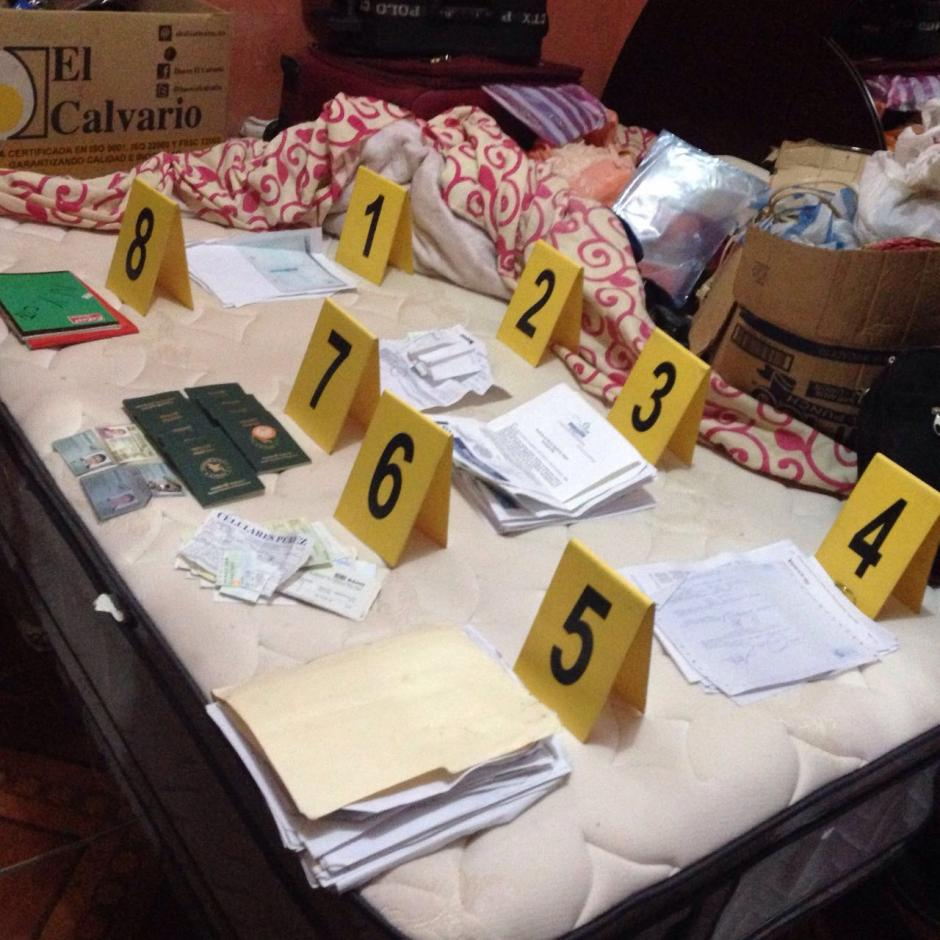 Las autoridades localizaron documentos y dinero durante los operativos. (Foto: PNC)