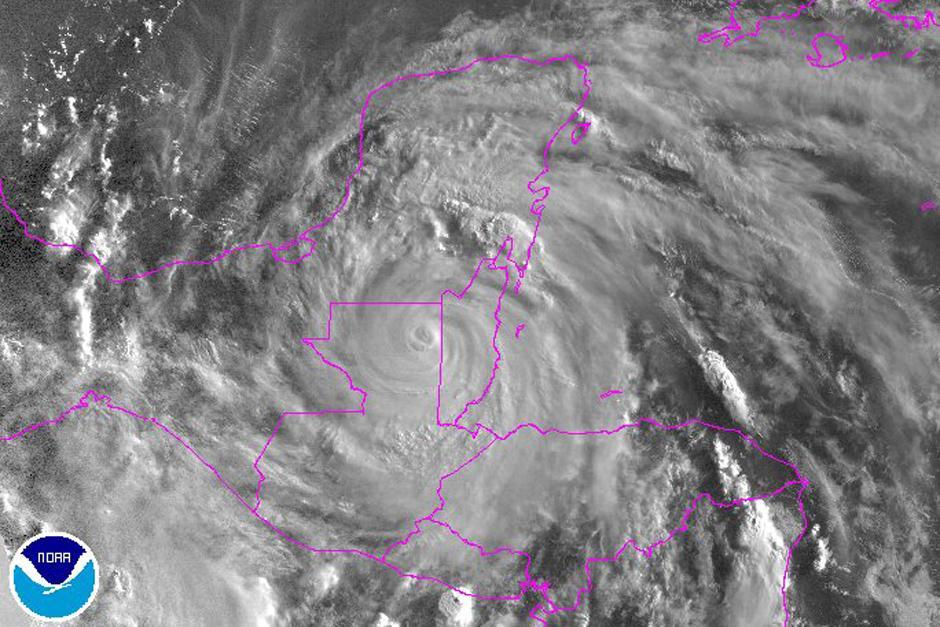 Pasada la media noche, el huracán tocó tierra en Belice y en horas posteriores se degradó a tormenta tropical. (Foto: NHC. NOAA)