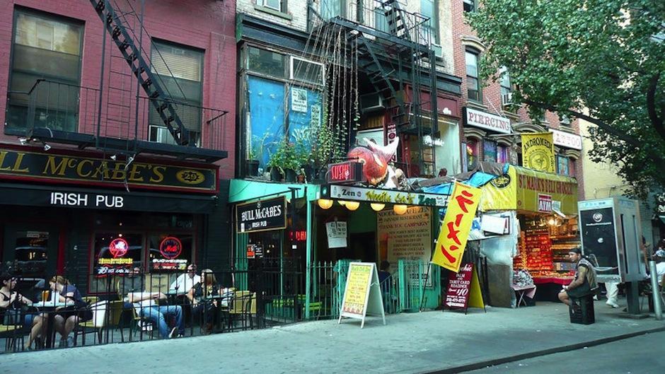 Buscando historias en el East Village encuentra inspiración. (Foto: amny.com)