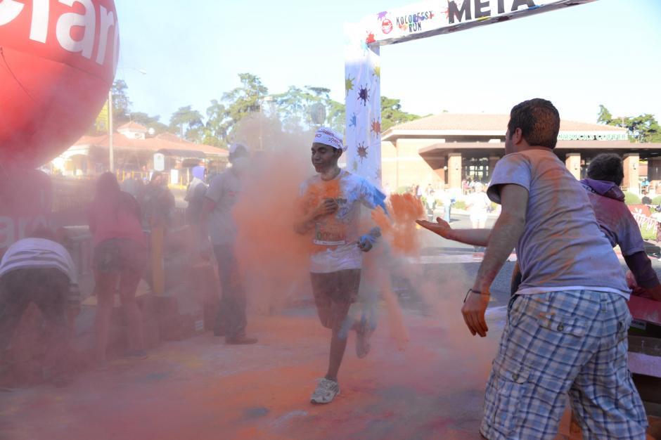 Los corredores fueron recibidos con un arco iris de polvos. (Johan Ordoñez).