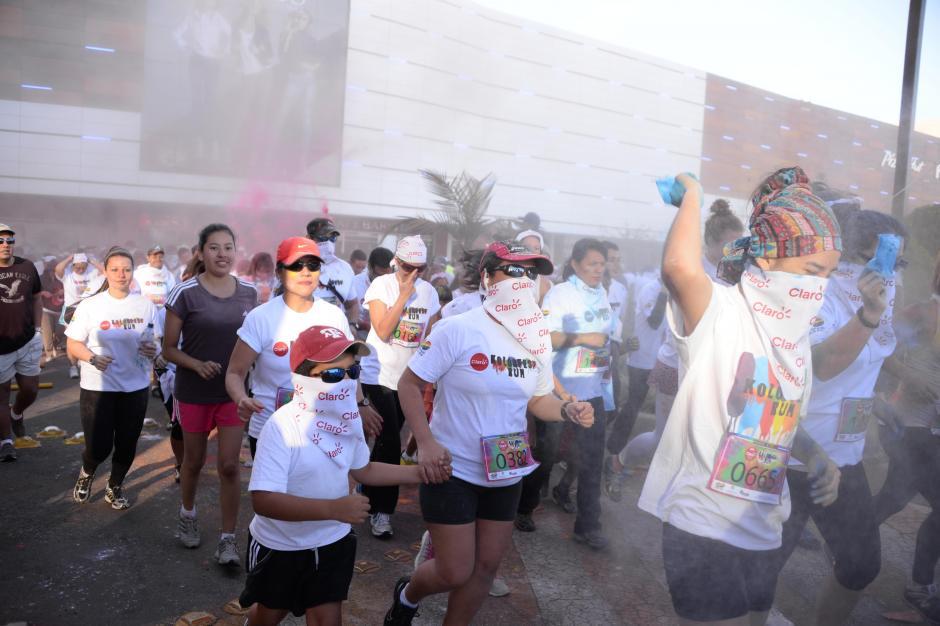 Familias completas se hicieron presentes en el Kolorfest Run. (Johan Ordoñez)