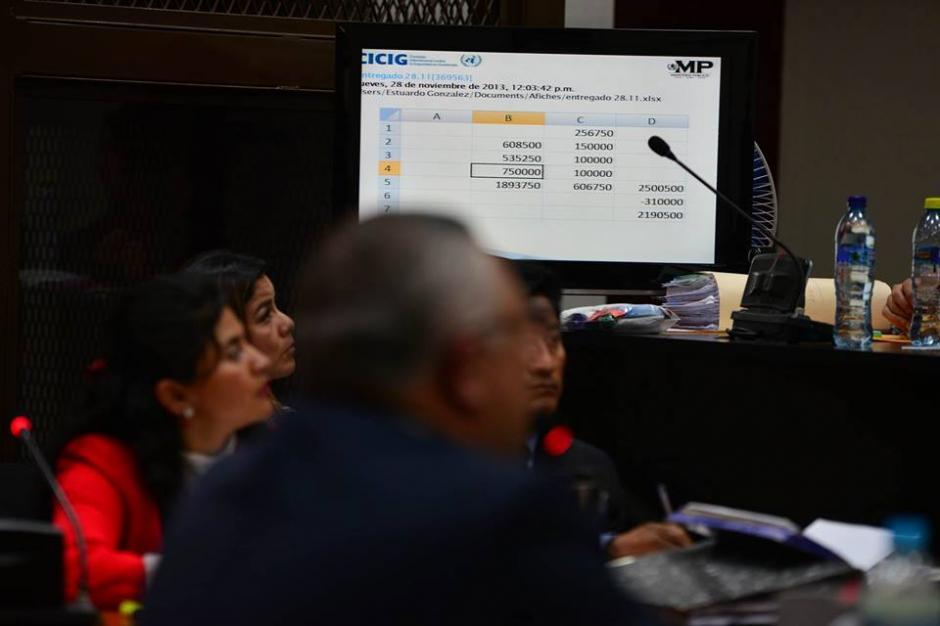 "Salvador Estuardo González ""Eco"" explica los documentos de su computadora. (Foto: Wilder López/Soy502)"