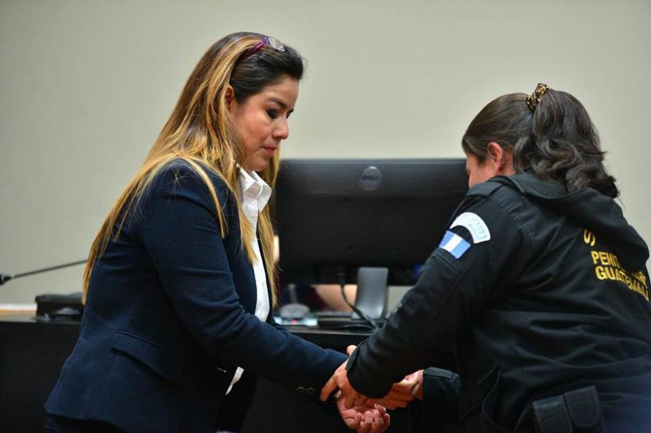Las esposas le son retiradas a Méndez para que participe de la audiencia. (Foto: Wilder López/Soy502)