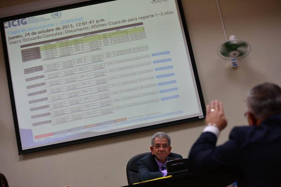 """Salvador Estuardo González """"Eco"""" explica al juez sobre sus documentos en la computadora. (Foto: Wilder López/Soy502)"""