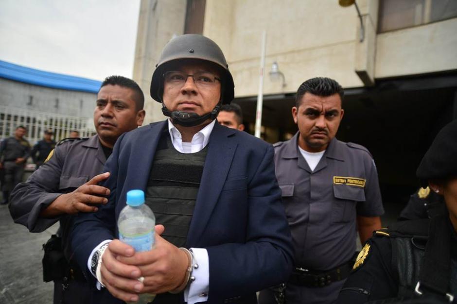 Salvador Estuardo González sale de la Torre de Tribunales con chaleco y casco antibalas. (Foto: Wilder López/Soy502)