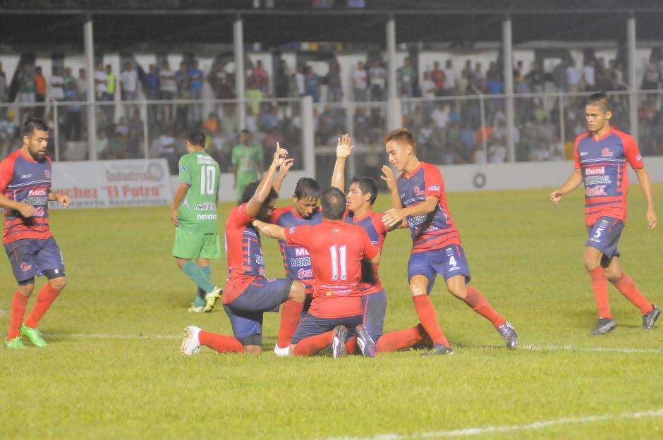 Los jugadores de Malacateco celebran la victoria que consiguieron como visitantes ante Escuintla Heredia. (Foto: Lucio Pellecer/Nuestro Diario)