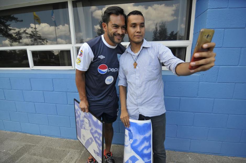 Carlos Ruiz y Edgar Lemus se tomaron la respectica selfie en el Proyecto Goal. (Foto: Byron de la Cruz/Nuestro Diario)