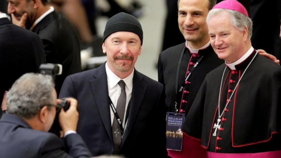 The Edge posó junto a varios religiosos. (Foto: univisión.com)