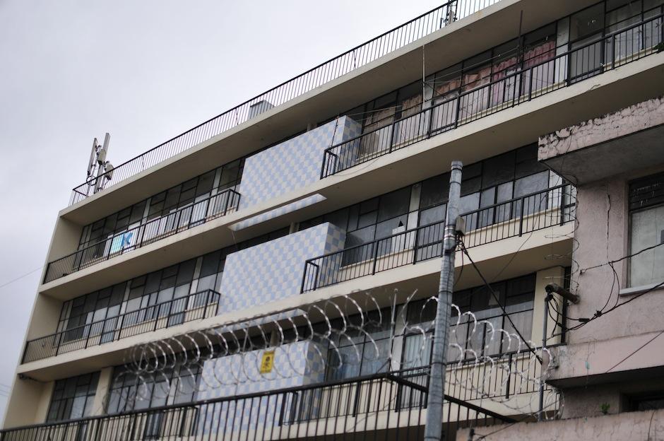 El Edificio Roma, ubicado en la 5a. avenida y 15 calle de la zona 1, albergaba un mural del famoso artista Roberto González Goyri. (Foto: Alejandro Balam/Soy502)
