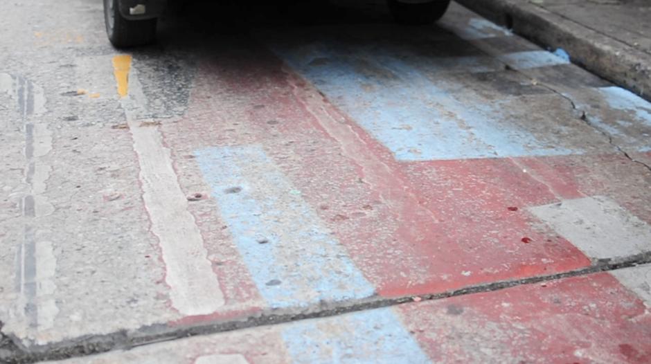 Tras algunos días de intensa lluvia y el paso vehicular, la pintura en el asfalto comenzó a desaparecer. (Foto: Alejandro Balam)