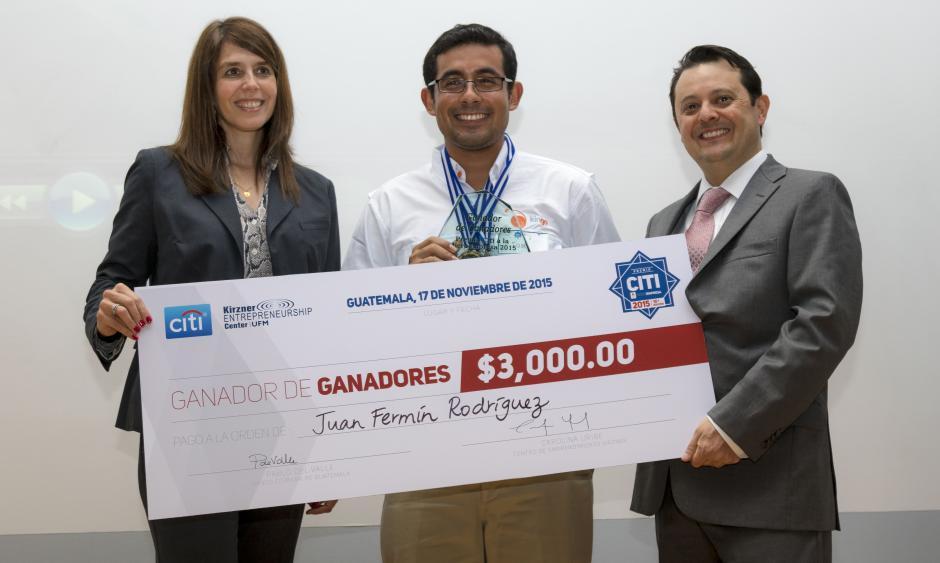 """José Barrera recibió el premio """"Ganador de Ganadores"""" en representación de Juan Fermín Rodríguez. (Foto: Eddie Lara/Soy502)"""