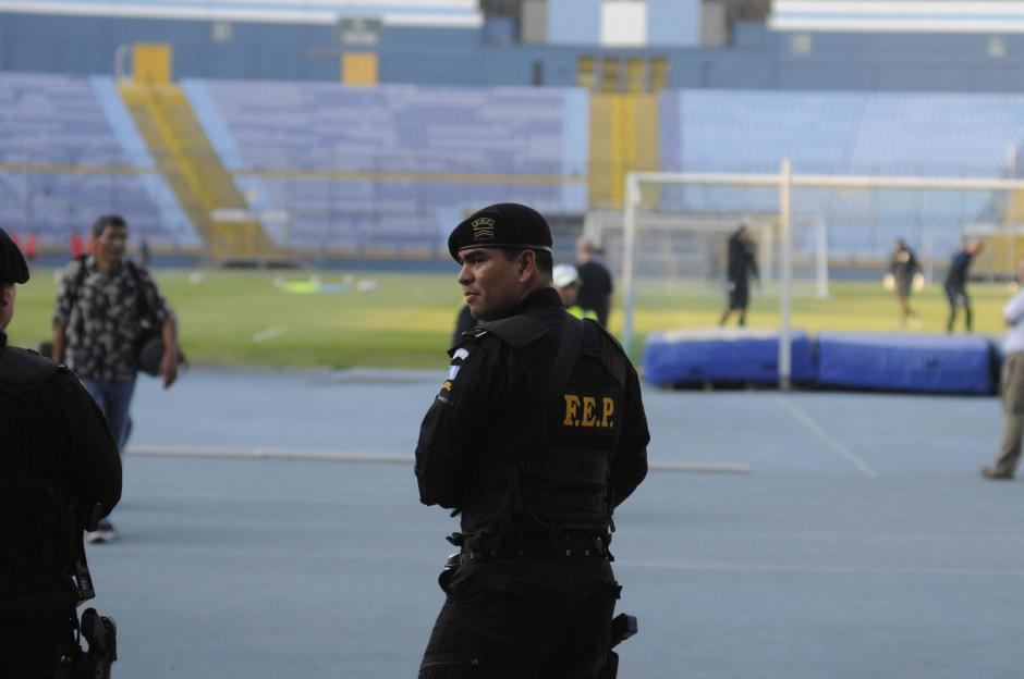 Unos 40 agentes de la Policía Nacional Civil custodian a la delegación de Estados Unidos. (Foto: Pedro Pablo MIjangos/Soy502)