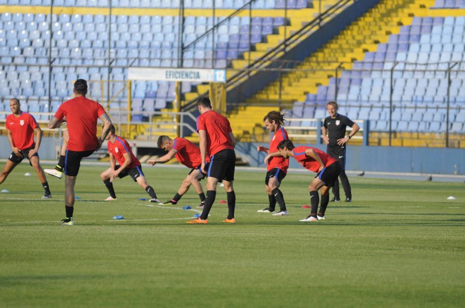 Klinsmann supervisa el trabajo de sus jugadores sobre la gramilla del Mateo Flores. (Foto: Pedro Pablo MIjangos/Soy502)