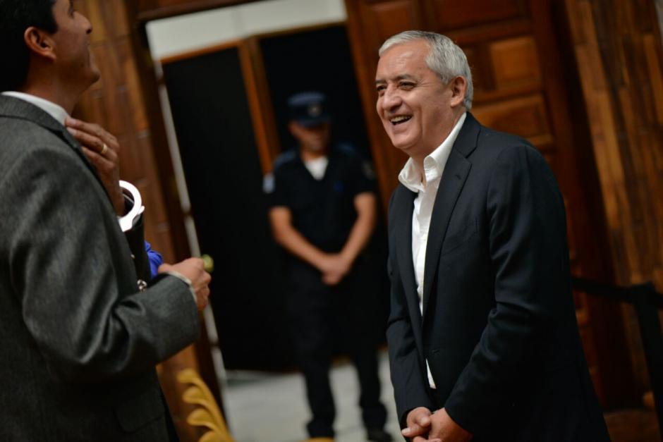 El expresidente Otto Pérez Molina se rie previo al inicio de la jornada 12 de la audiencia de primera declaración. (Foto: Wilder López/Soy502)
