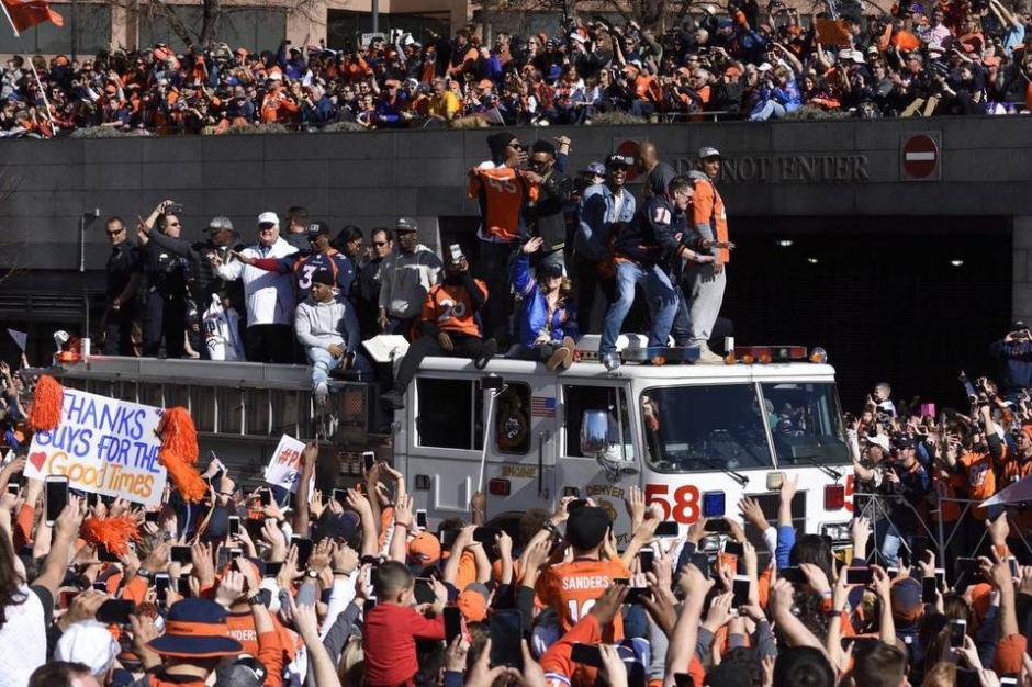 Miles de aficionados ovacionaron a los campeones del Super Bowl 50. (Foto: elnuevoherald.com)