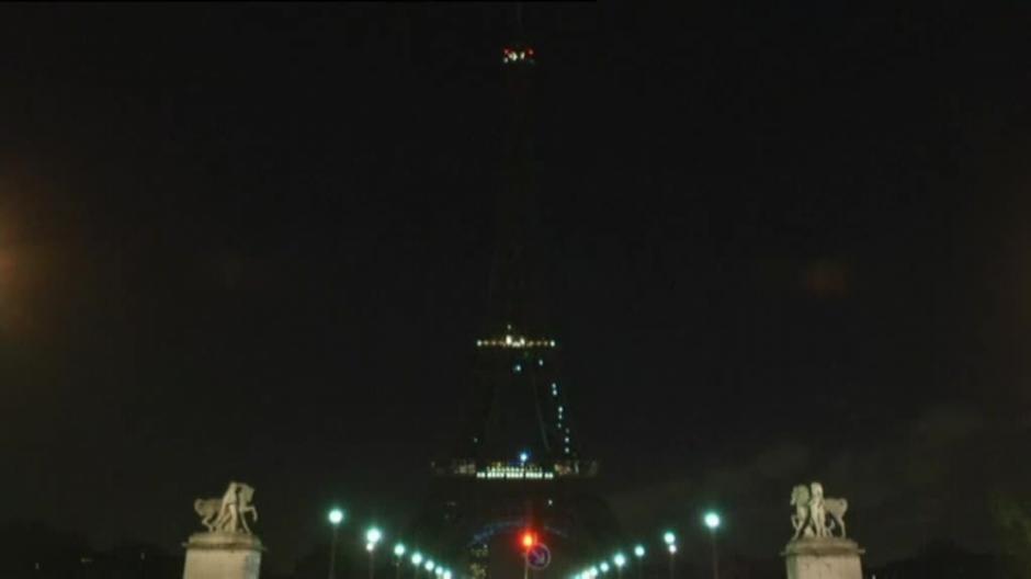 Las luces de la Torre Eiffel fueron apagadas en señal de duelo por las víctimas mortales. (Foto: Atlas)