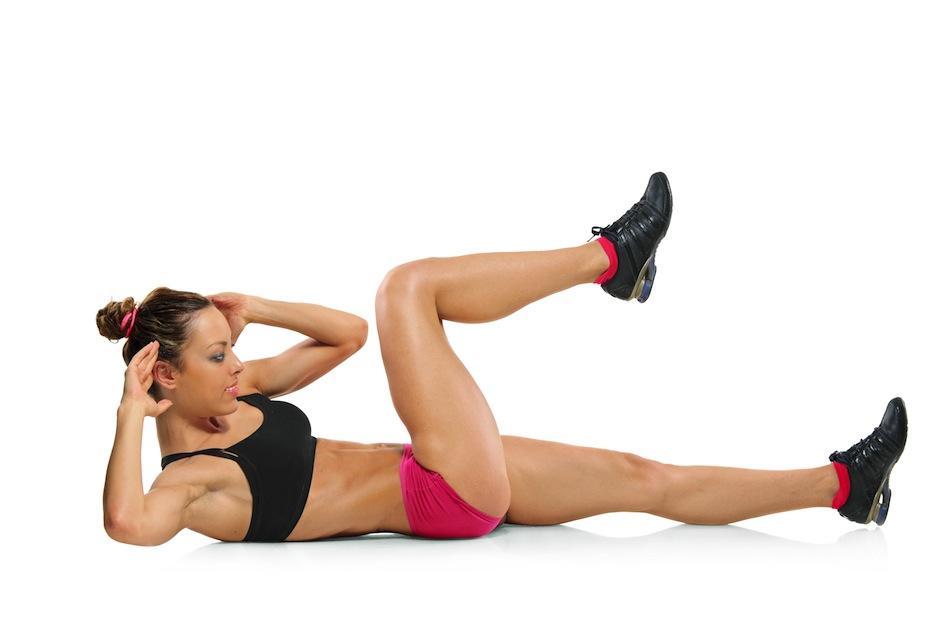En el suelo, de espaldas eleva lentamente tu rodilla al pecho, mientras estiras la otra pierna. (Foto: blog.bodyzone.pl)