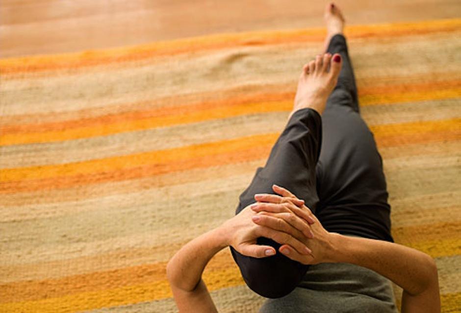 Con estos movimientos podrás estar en forma en casa. (Foto: webmd.com)