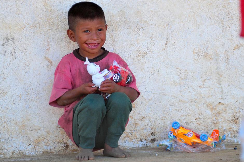 La cara de felicidad del pequeño Wilson Cal Lem lo dice todo, tras recibir juguetes y la visita de Erick Barrondo y Mirna Ortiz en su hogar, en la Comunidad Navidad. (Foto: Byron de la Cruz/Nuestro Diario)