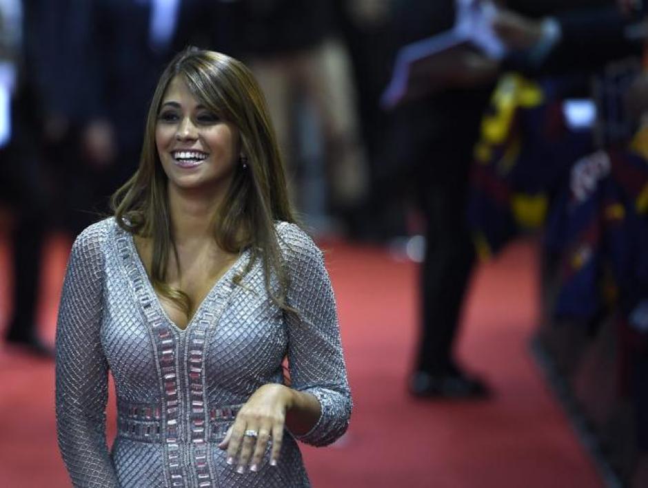 En la alfombra roja, Antonella Roccuzzo lució sonriente y muy animada. (Foto: EFE)