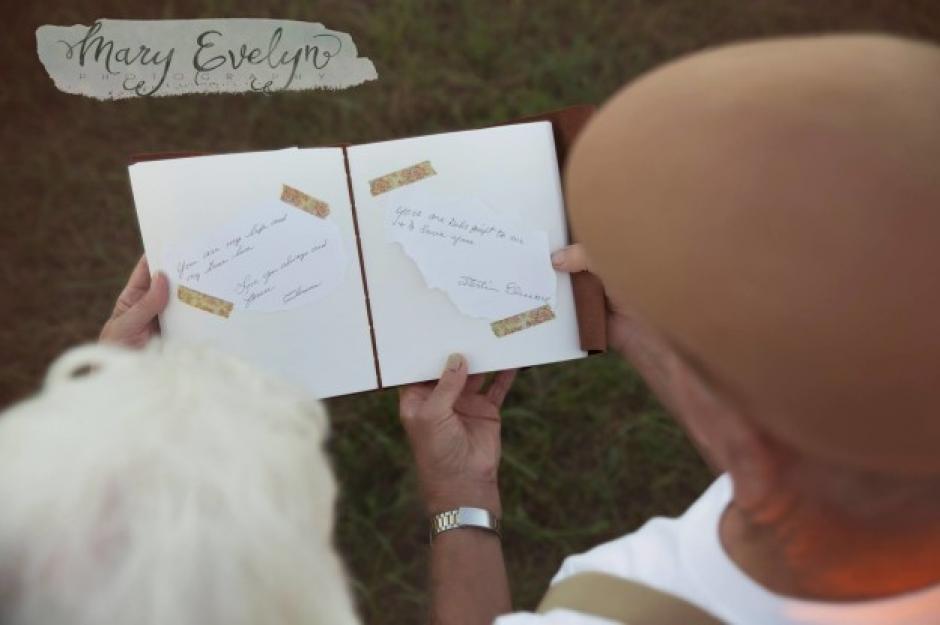 Justos, los Elmore leyeron de nuevo los mensajes que escribieron hace mucho tiempo. (Foto: buzzfeed.com)