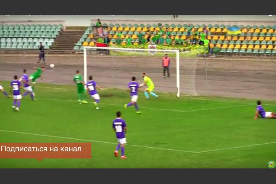 """El futbolista no podía cabecear el balón por lo que usó la técnica de """"El escorpión"""" para que no se le escapara. (Imagen: captura de YouTube)"""