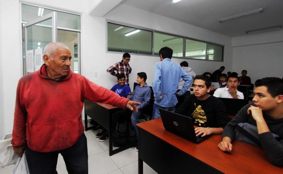Después de salir de la universidad, don Felipe va a vender al mercado frutas y verduras. (Foto: El Universal)