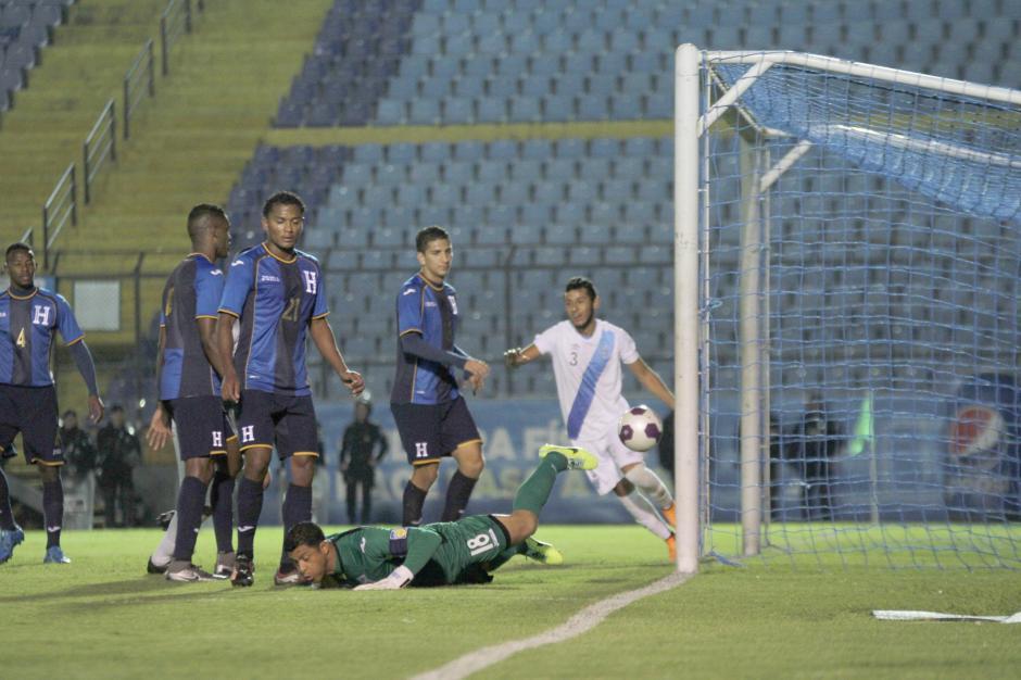 Noel Valladares, portero de Honduras en el piso tras el segundo gol de Guatemala: (Foto: Luis Barrios/Soy502)