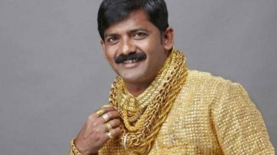 El empresario indio cubría sus nudillos, muñecas y su cuello con oro. (Foto: bbc.com)