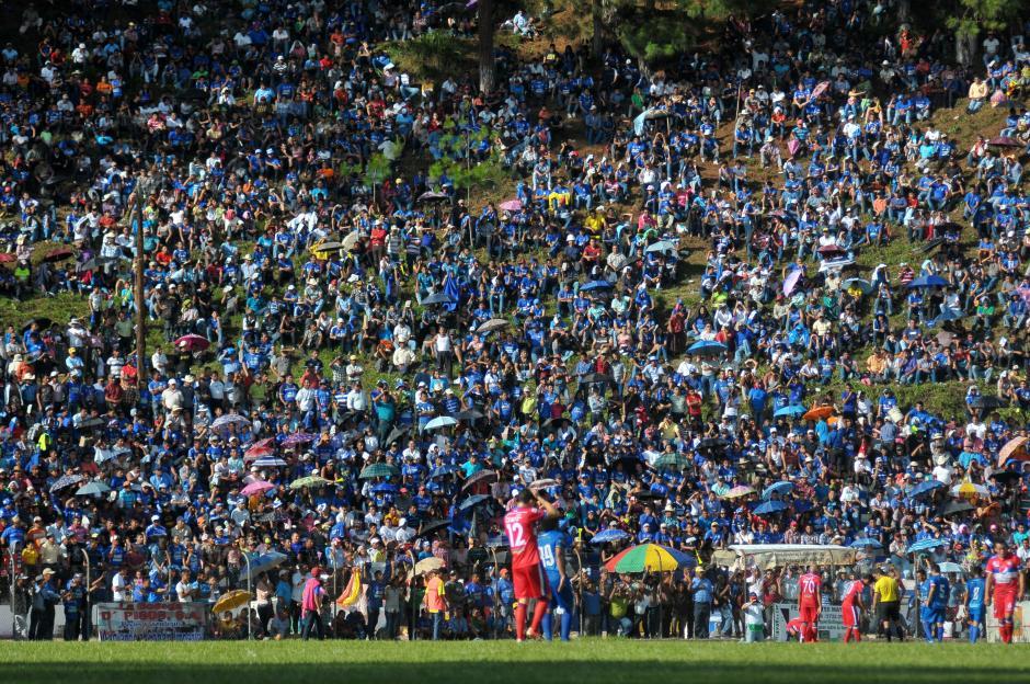 Los peculiares graderíos verdes y naturales del estadio José Ángel Rossi. Los seguidores llegan desde temprano para tener el mejor lugar.(Foto: Byron de la Cruz/Nuestro Diario)