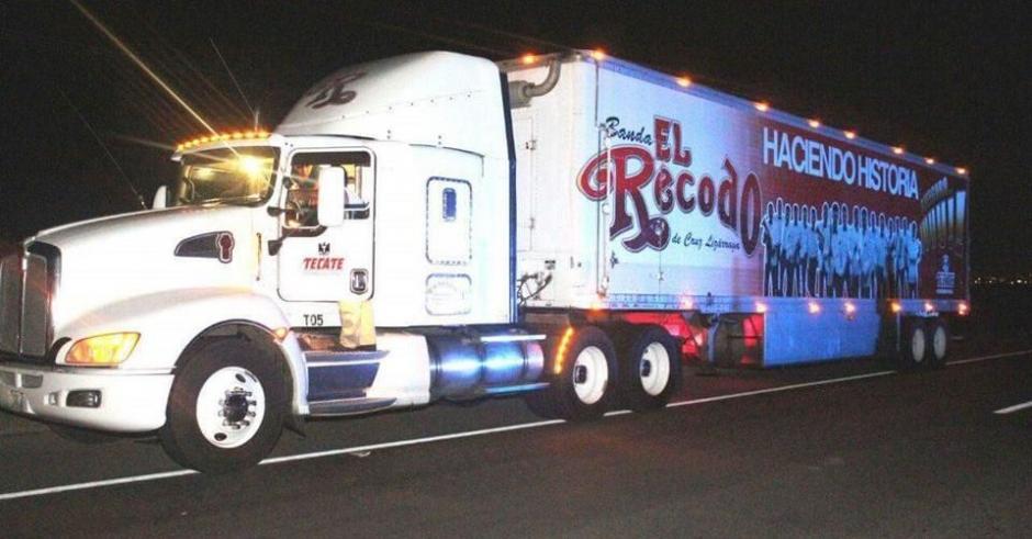 Uno de los cuatro camiones que transporta equipo de la Banda musical El Recodo fue atacado a balazos. (Foto: @Reforma)