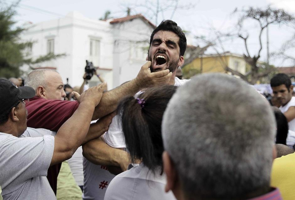 """El grafitero cubano """"El Sexto"""" fue arrestado durante una marcha previo a visita de Obama. (Foto: Jeffrey Arguedas/EFE)"""