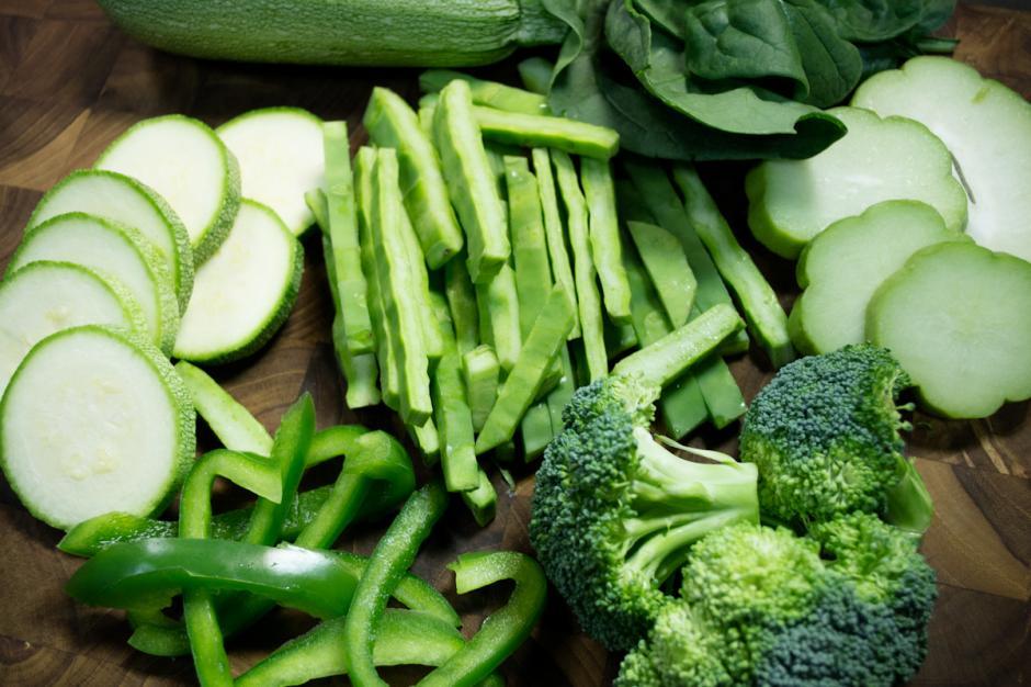 Un consejo es que consumas más vegetales verdes como lechuga y espinaca. (Foto: elabrelata.com)