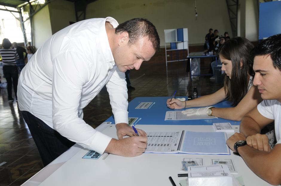 El tirador Enrique Brol también ejerció su voto.(Foto: Orlando Chile/Nuestro Diario)